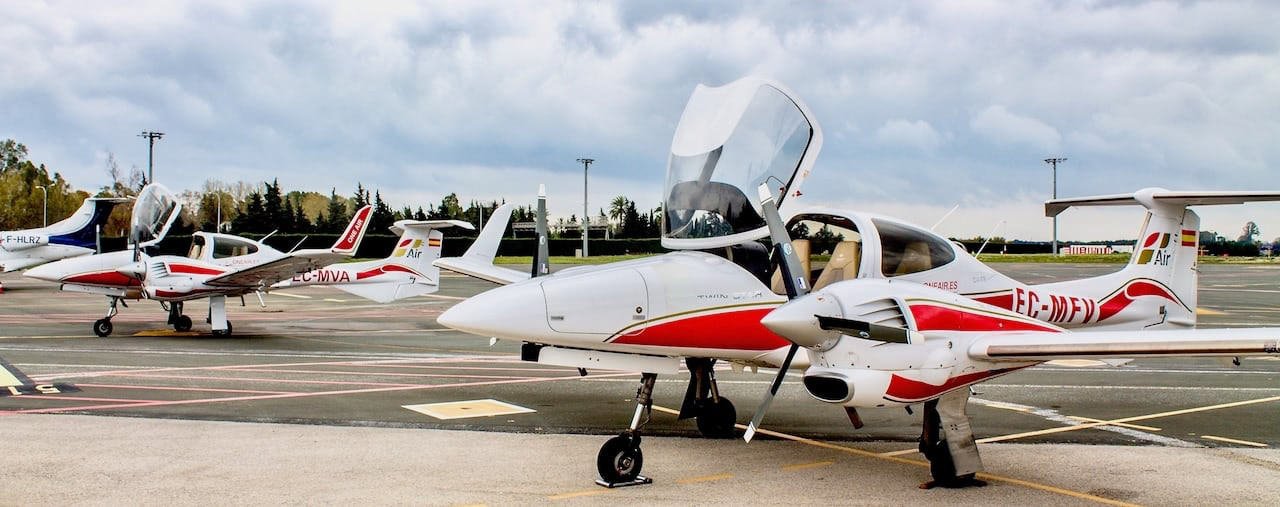 Two multi-engine diamond planes from flight school oneair landed at the airport