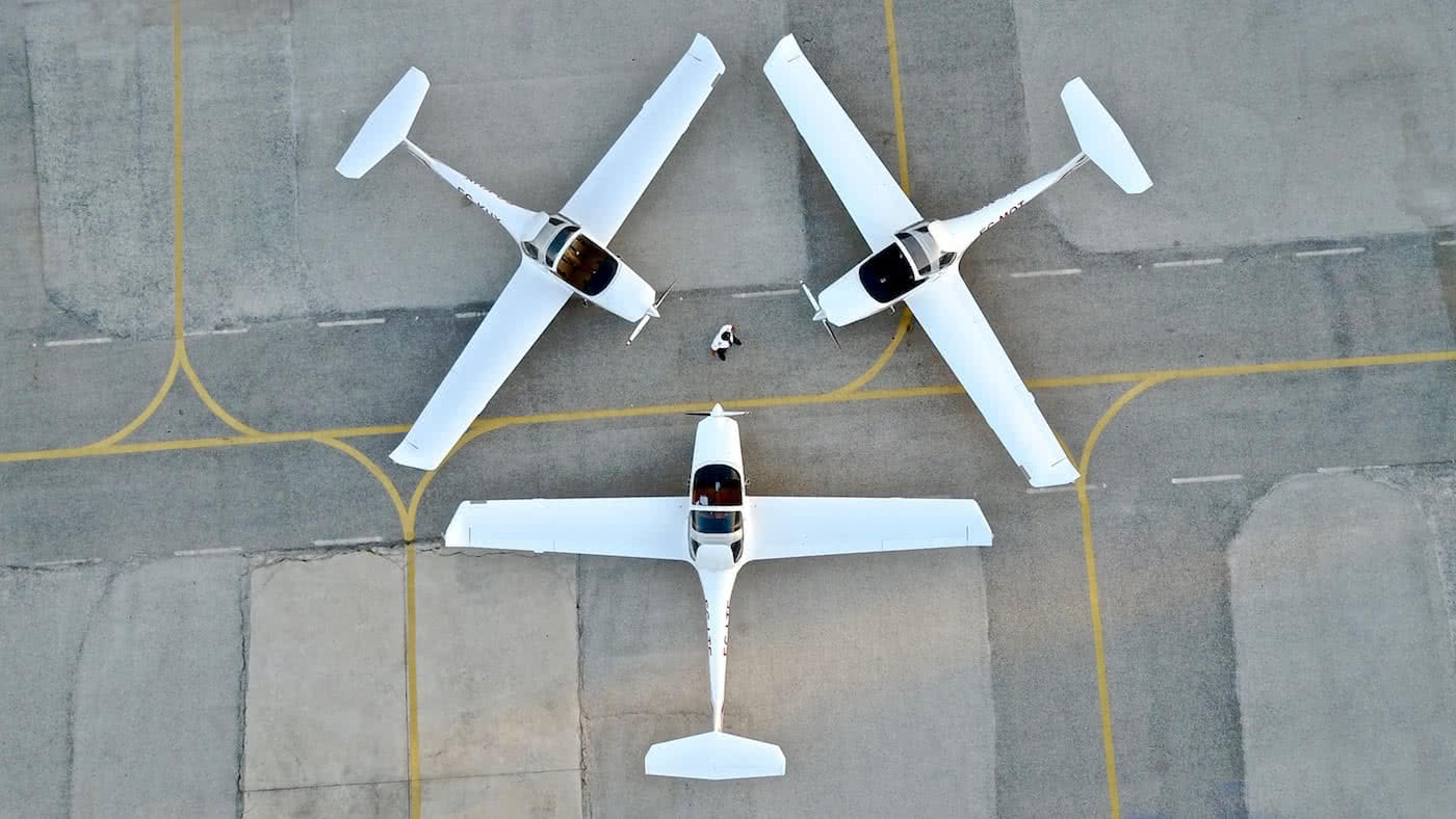 three aircraft landed in the form of triangulation