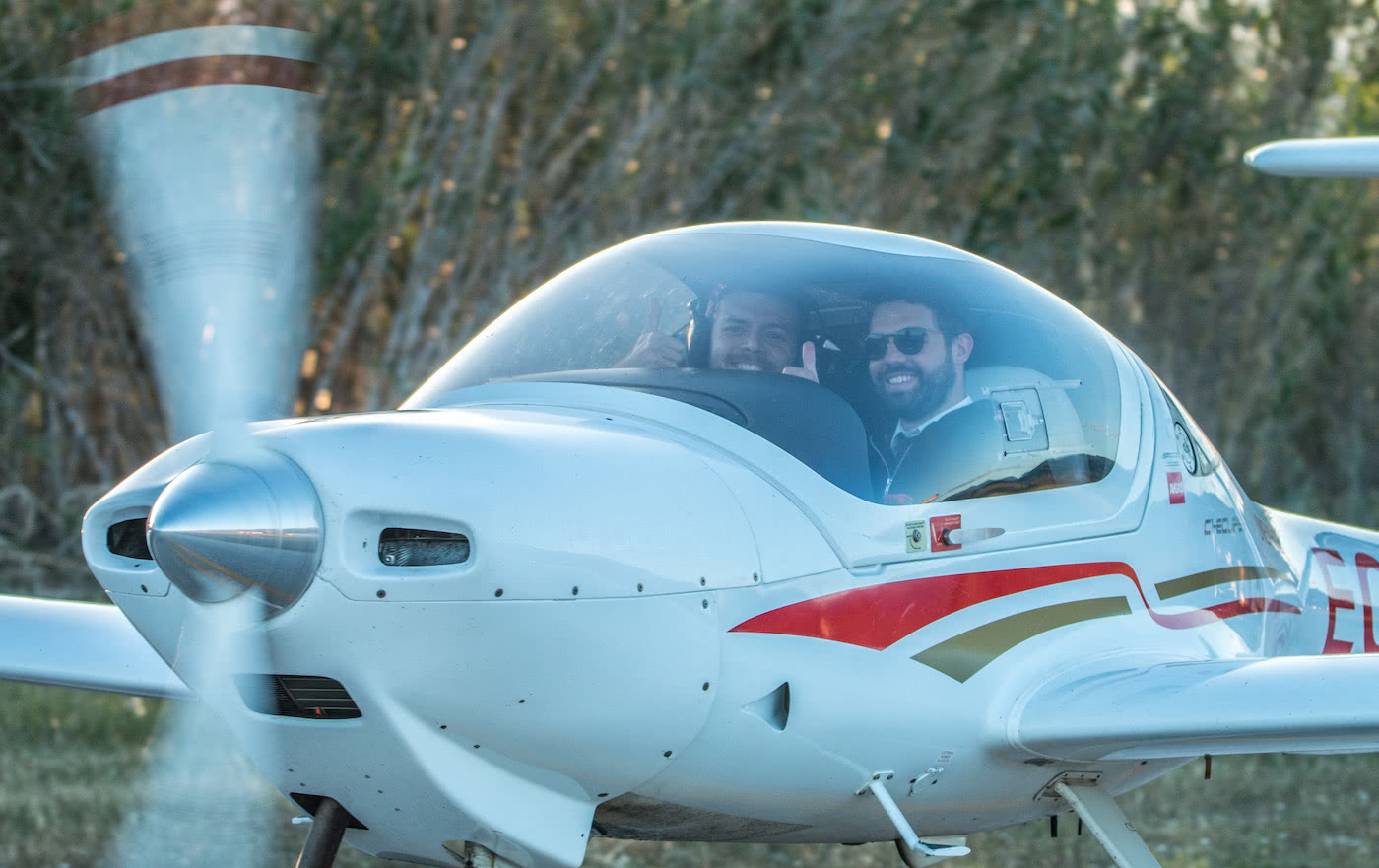 two smiling pilot inside a one air diamond da20