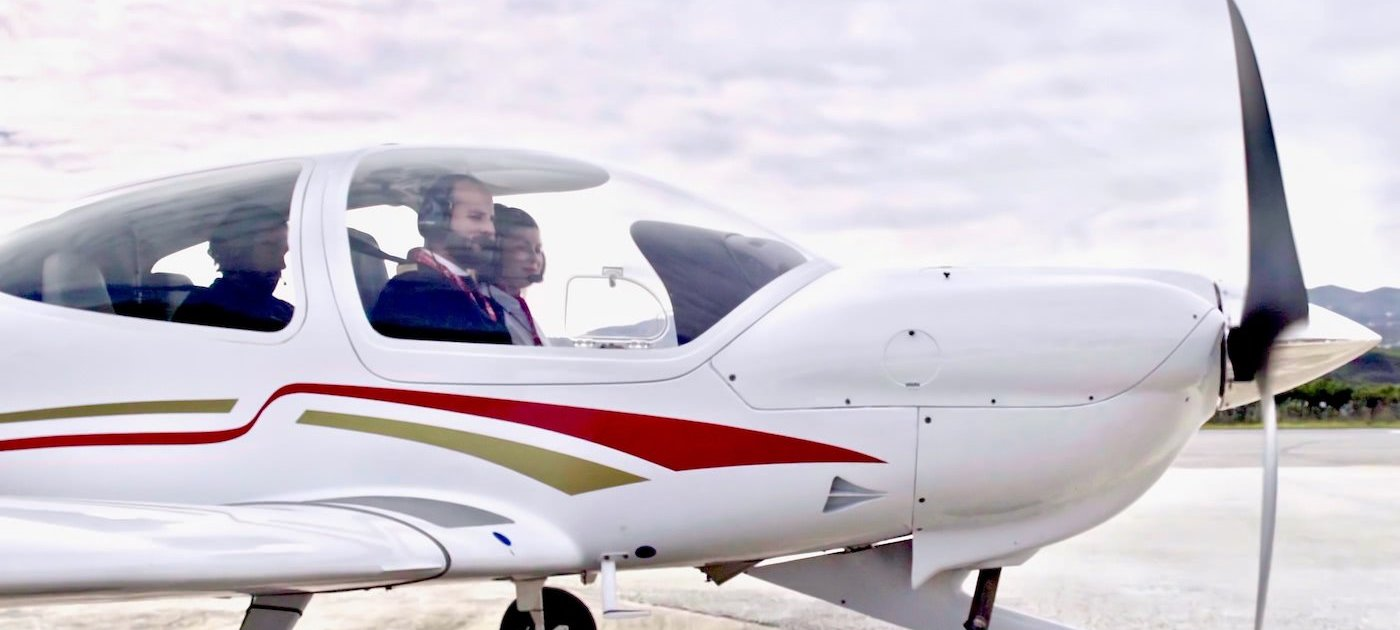 pilots in a diamond aircraft da40 of the school one air aviation